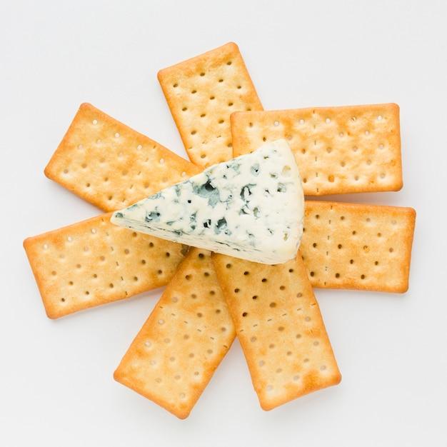 Plat leggen blauwe kaas op crackers Gratis Foto
