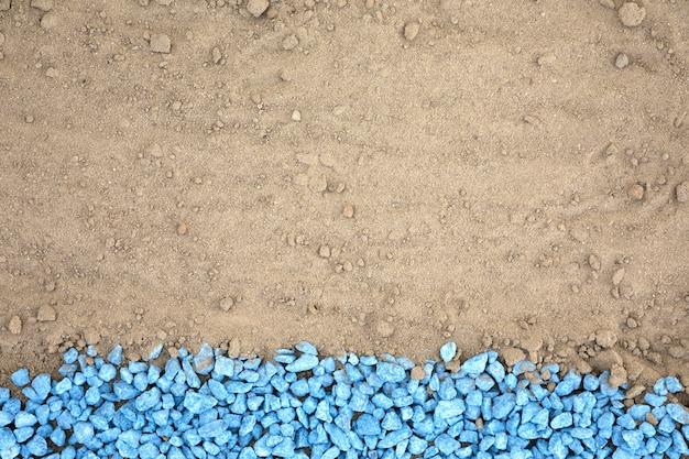 Plat leggen blauwe kiezels op zand Gratis Foto