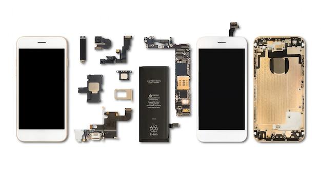 Plat leggen (bovenaanzicht) van smartphonecomponenten isoleren op witte achtergrond met uitknippad Premium Foto