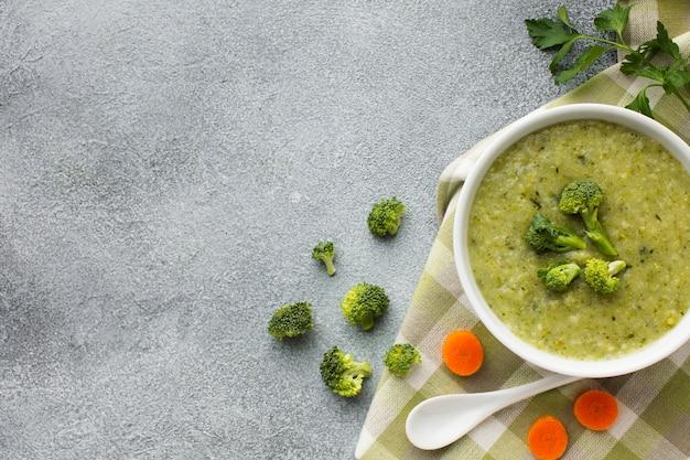 Plat leggen broccoli en wortelsoep met kopie ruimte Gratis Foto