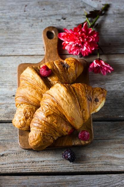 Plat leggen croissants met bosfruit Gratis Foto