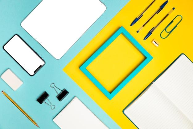Plat leggen desktop concept met Gratis Foto