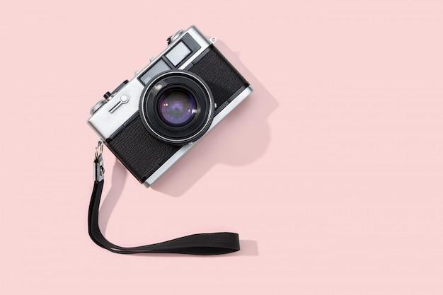 Plat leggen filmcamera geïsoleerd op roze achtergrond. kopieer ruimte Premium Foto