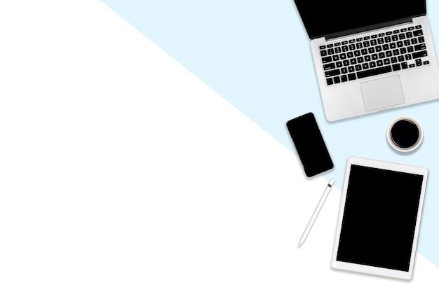 Plat leggen foto van kantoor tafel met laptop, digitale tablet, mobiele telefoon en accessoires. Premium Foto