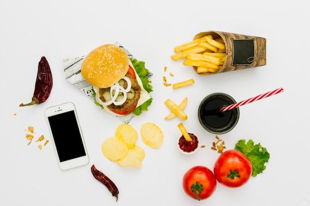 Plat leggen hamburger en friet met frisdrank Gratis Foto