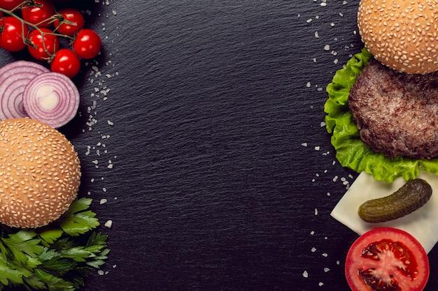 Plat leggen hamburger ingrediënten met kopie ruimte Gratis Foto