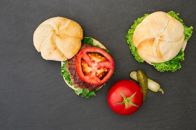 Plat leggen hamburger op leisteen Gratis Foto