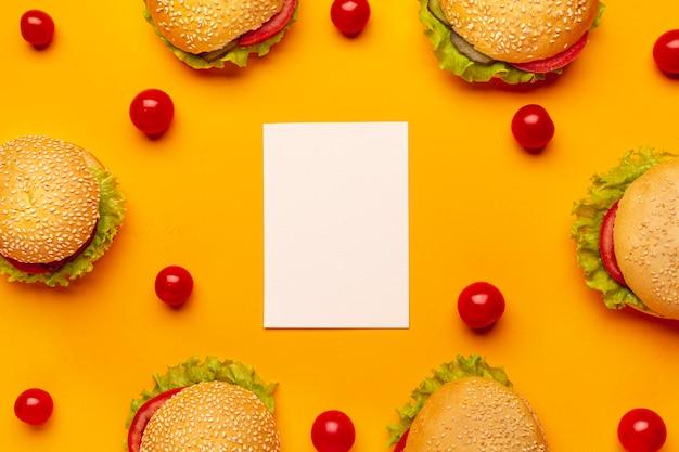 Plat leggen hamburgers met kopie ruimte Gratis Foto