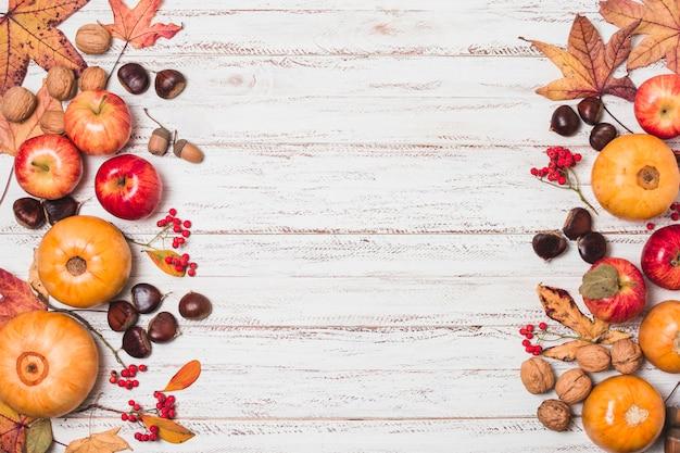 Plat leggen herfstbladeren en oogst frame Gratis Foto