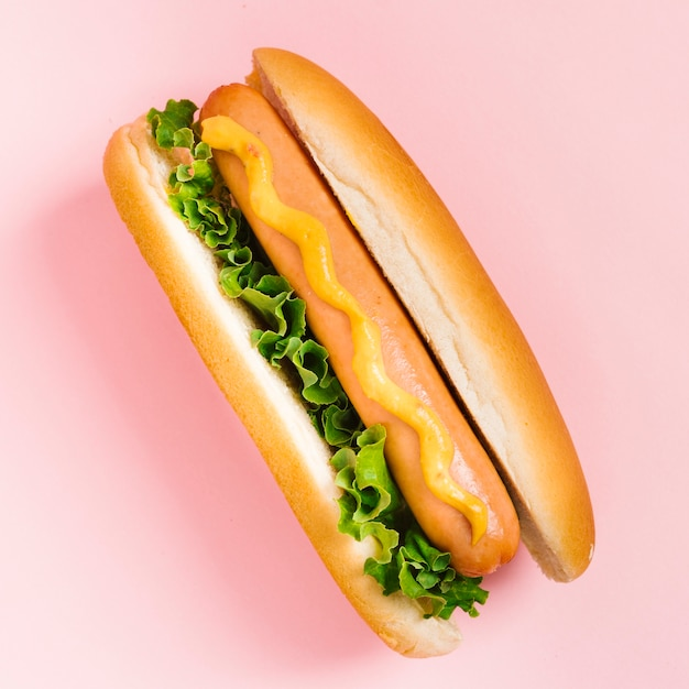 Plat leggen hotdog met mosterd en salade Gratis Foto