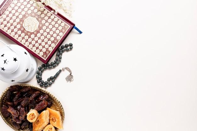 Plat leggen islamitische decoraties met kopie ruimte Gratis Foto