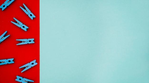 Plat leggen kleurrijke wasknijpers op gekleurde achtergronden Gratis Foto
