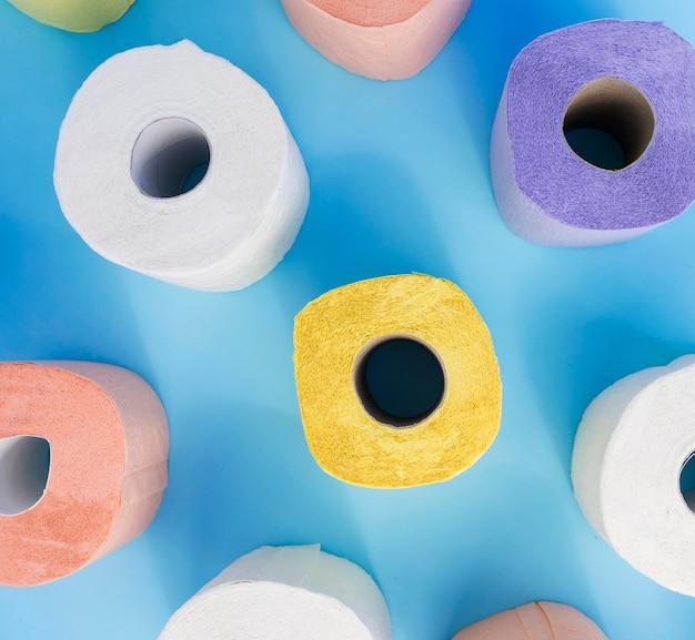 Plat leggen kleurrijke wc-papierrollen Gratis Foto