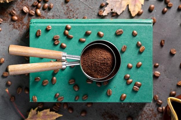 Plat leggen koffie bowder in zeven op boeken Gratis Foto