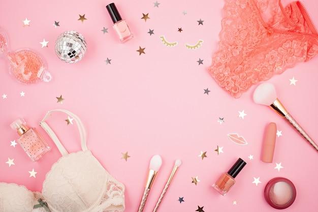 Plat leggen met glamour meisjes accessoires over roze achtergrond Premium Foto