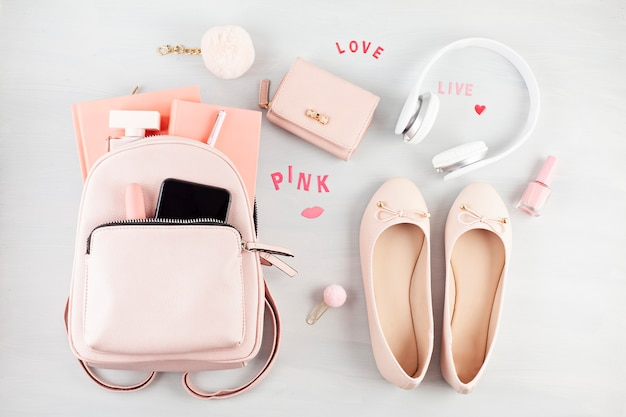 Plat leggen met meisjes lente zomer accessoires in roze pasteltinten. Premium Foto