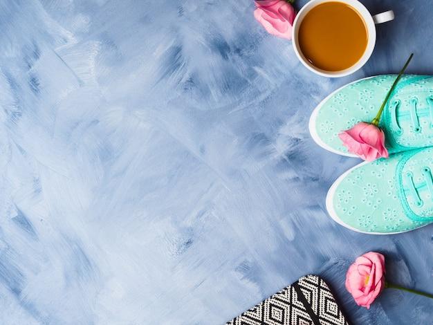 Plat leggen met schoenen, koffie en bloemen Premium Foto