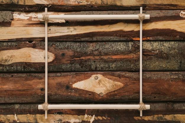 Plat leggen minimalistisch frame op hout achtergrond Gratis Foto