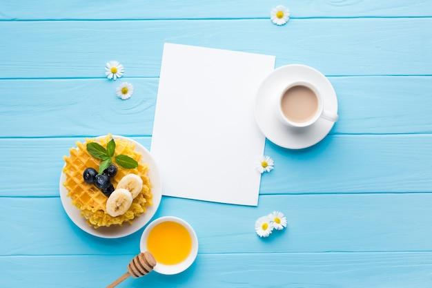 Plat leggen papieren kaart mockup op ontbijttafel Gratis Foto