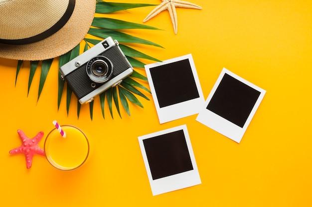 Plat leggen polaroid foto's met zomervakantie concept Gratis Foto