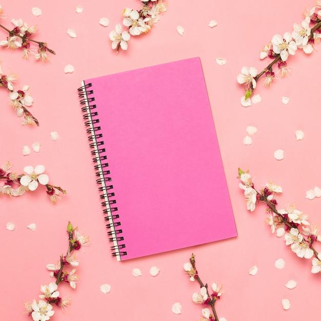 Plat leggen samenstelling geschenkdoos en notebook Premium Foto