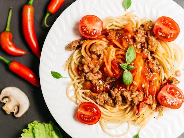 Plat leggen samenstelling van pasta bolognesa Gratis Foto