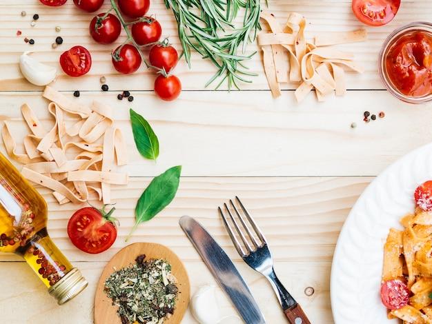 Plat leggen samenstelling van pasta Gratis Foto