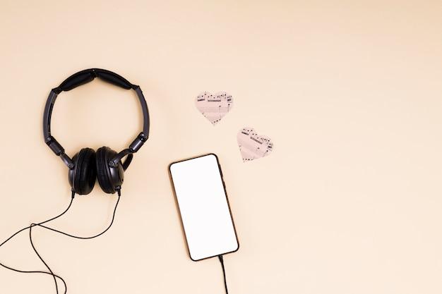 Plat leggen smartphone sjabloon met muziek concept Gratis Foto