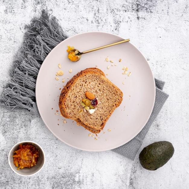 Plat leggen sneetje brood met avocado en doek Gratis Foto