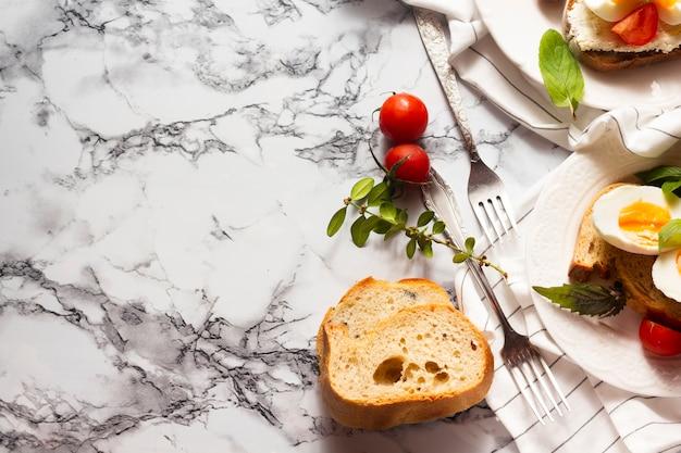Plat leggen sneetje brood met ontbijt eten Gratis Foto