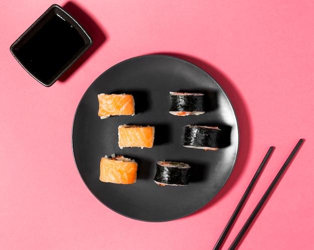 Plat leggen sushi variëteit met sojasaus Gratis Foto