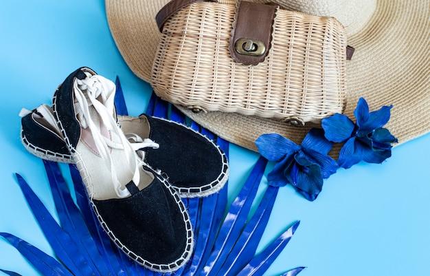 Plat leggen van accessoires voor strandvrouwen. Gratis Foto