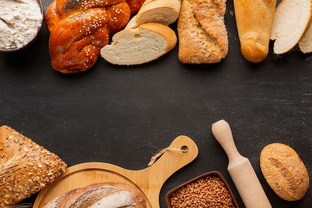 Plat leggen van assortiment brood met zaden Gratis Foto