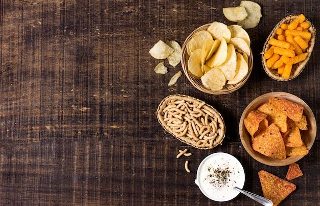 Plat leggen van assortiment chips met saus Gratis Foto