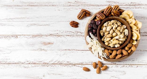 Plat leggen van assortiment noten met kopie ruimte Gratis Foto