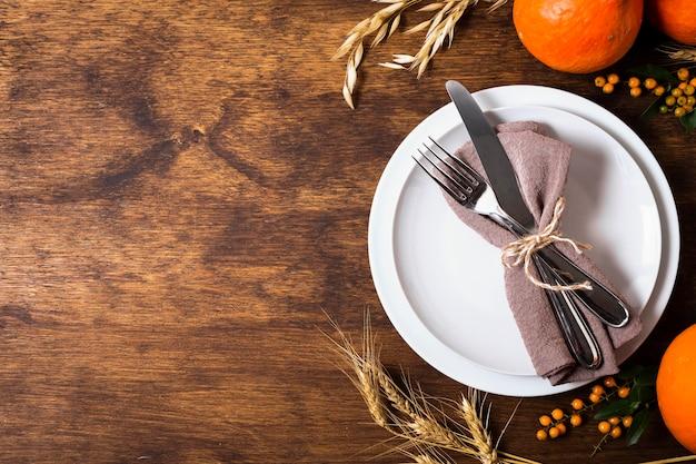 Plat leggen van borden voor thanksgiving-diner met kopie ruimte en bestek Gratis Foto