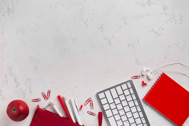 Plat leggen van bureau met appel en toetsenbord Gratis Foto