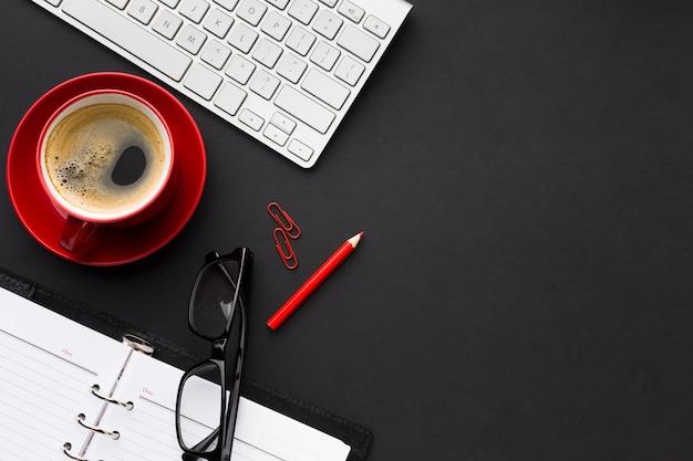 Plat leggen van bureau met koffie en kopie ruimte Gratis Foto
