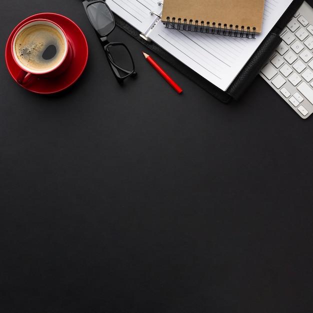 Plat leggen van bureau met koffiekopje en kopie ruimte Gratis Foto