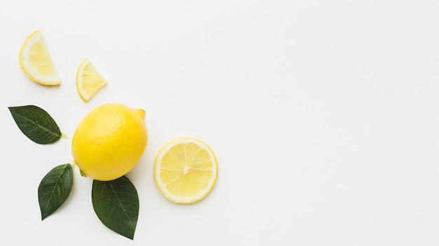 Plat leggen van citroen en bladeren met kopie ruimte Gratis Foto