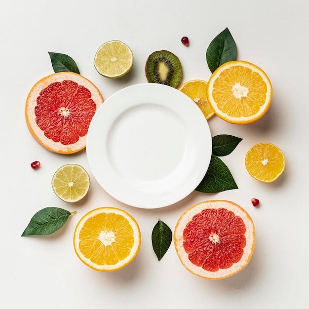Plat leggen van citrus met plaat Gratis Foto