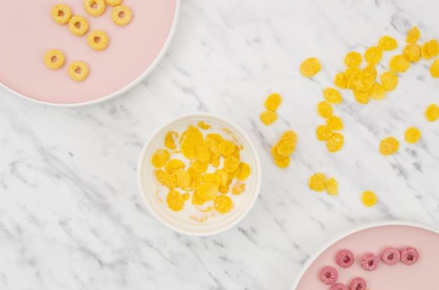 Plat leggen van cornflakes op een keukentafel Gratis Foto