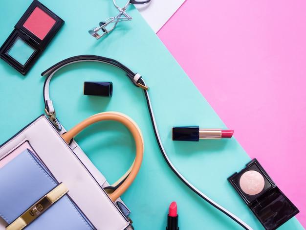 Plat leggen van cosmetische accessoires voor vrouwen. Premium Foto
