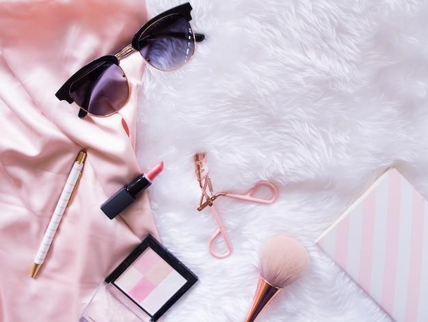 Plat leggen van cosmetische accessoires. Premium Foto