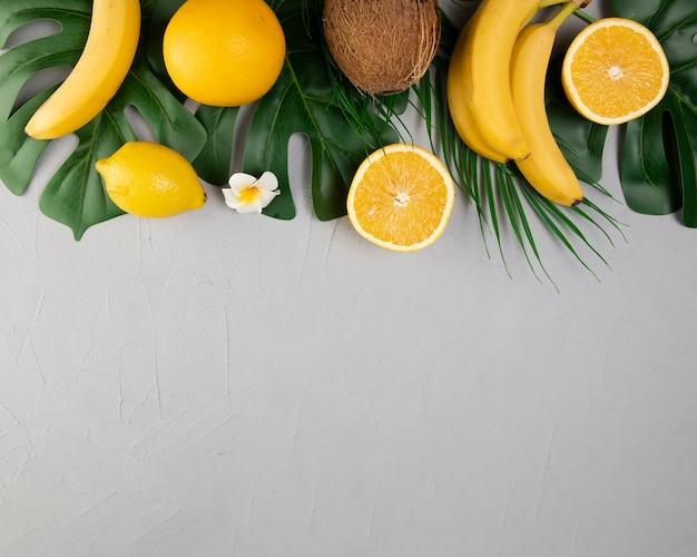 Plat leggen van fruit op effen achtergrond Gratis Foto