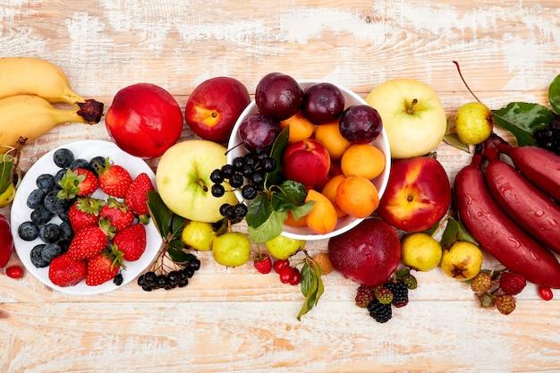 Plat leggen van fruit op witte houten achtergrond. Premium Foto