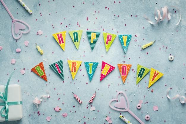 Plat leggen van gelukkige verjaardagswens in slinger met heden Gratis Foto