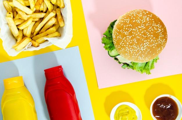 Plat leggen van hamburger met friet Gratis Foto