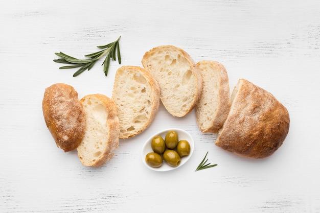 Plat leggen van heerlijk brood concept Gratis Foto