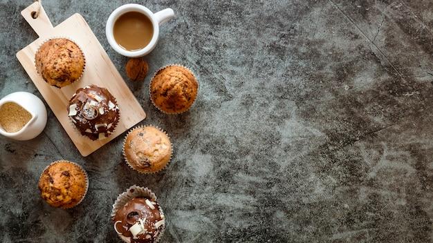 Plat leggen van heerlijke cupcakes concept Gratis Foto